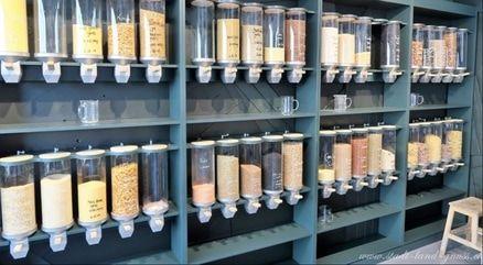 Auswahl an Trockenprodukten im Foifi Zerowaste Ladencafe in Zürich. Unverpackt einkaufen
