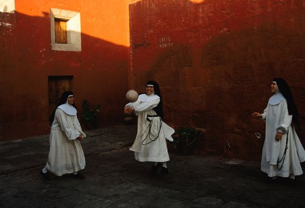 Des religieuses novices jouent au ballon au Monastère de Santa Catalina à Arequipa, Pérou (1998)