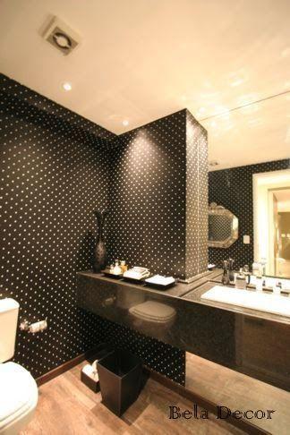 Lavabo todo em preto e branco com papel de parede de poá, um charme!