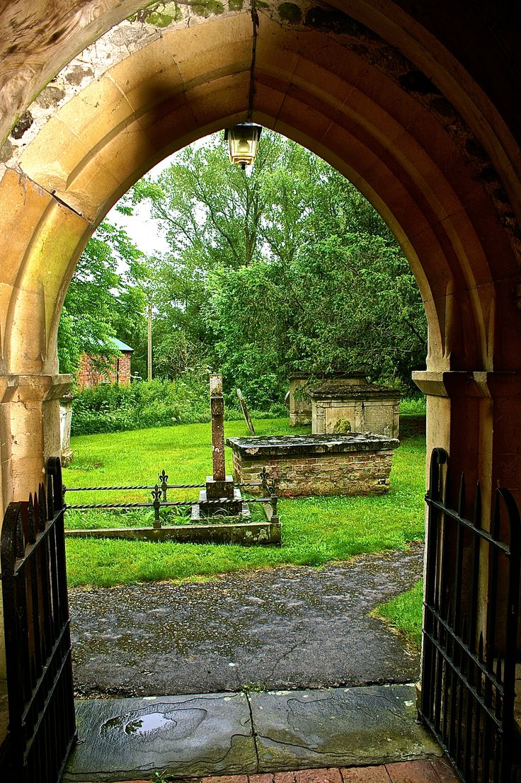 Zicht vanuit een kerkje op een oude Begraafplaats in Graafschap Kent in Engeland