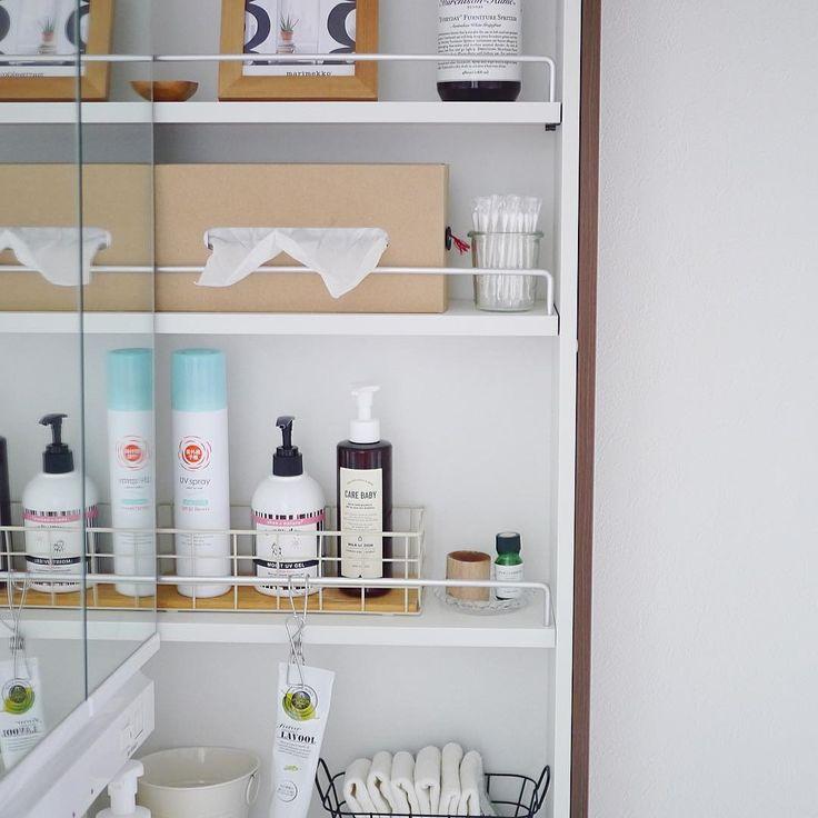 洗面台横の棚。 この季節頻繁に使う日焼け止めやボディミルクはこちらに置いています。 ボディミルクは化粧水後の顔用の乳液としても兼ねちゃってます。 * #シンプルな暮らし #シンプルライフ #暮らし #収納 #洗面所