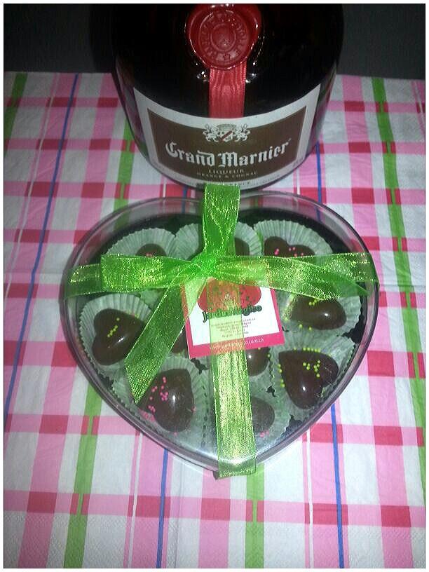 Chocolates rellenos de ganache de coñac. ...