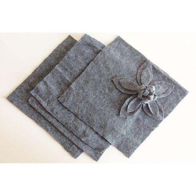 Ieri mettendo a posto l'armadio e levando di mezzo un paio di maglioni infeltriti,li ho tagliati a quadri come sto facendo da un po' con tutte le vecchie maglie che ho in casa e ho aggiunto un fiore veloce fatto coi piccoli scarti rimasti dal taglio. Sarà un bel dettaglio per la coperta (o giacca kimono) che ho in mente (e zero spreco)! --------------------------- Yesterday I reordered my wardrobe, I took away a couple of matted sweaters and I cut them in squares as I'm doing siringa lately…
