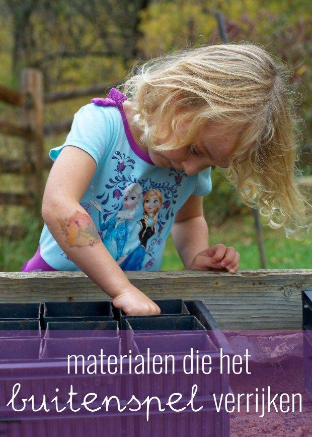 Het buitenspel kun je verrijken met simpele materialen. Een paar voorbeelden van materialen die kinderen heel eenvoudig bij het spel kunnen gebruiken.