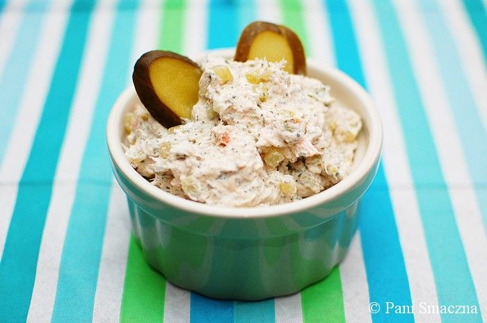 Dziś przełamujemy monotonię kanapek z serem i szynką  Tę chrupiącą pastę z wędzonego łososia robi się w 15 minut! Serek czosnkowy + wędzony łosoś + ogórek + pistacje = MNIAM.