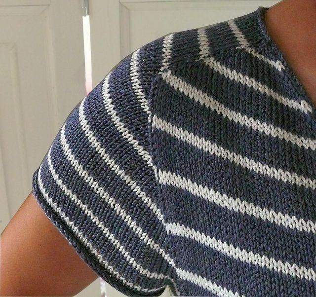 Dejlig sommerbluse, hvis ærmer er strikket efter contiguous-metoden på forsiden og med raglan på ryggen. Den er længere bagpå end foran. Viskose. Pinde 3½. Læs mere ...