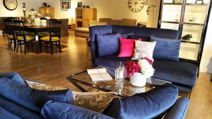 Ekskluzywny i designerski zestaw wypoczynkowy składający się z dwóch identycznych sof. Meble tapicerowane wysokiej jakości materiałem w zestawie z poduszkami. Komplet wypoczynkowy idealnie prezentuje się ze stolikiem kawowym wykonanym ze szkła i stali.
