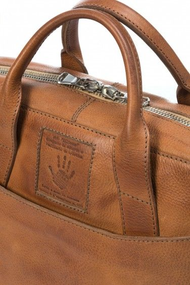 Entirely made of natural vegetable-tanned leather with high-quality materials, the Allinone bag combines the practical functionality of a business bag..