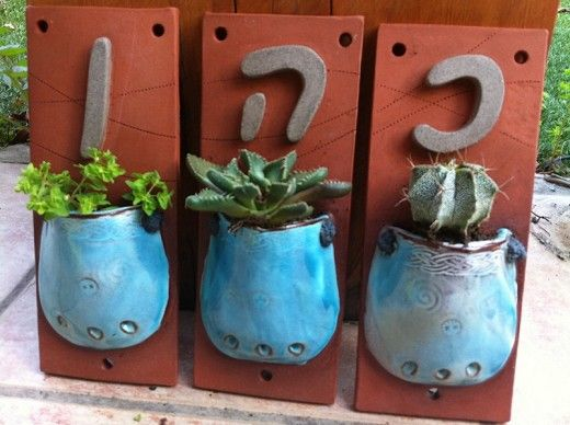 אריחים עם אותיות - אריחים עם אותיות וכיסים צבעוניים, המיועדים לצמח קטן, לדוגמה:קקטוס. שרופים בטמפרטורה גבוהה, עם מיקום לתלייה על הקיר