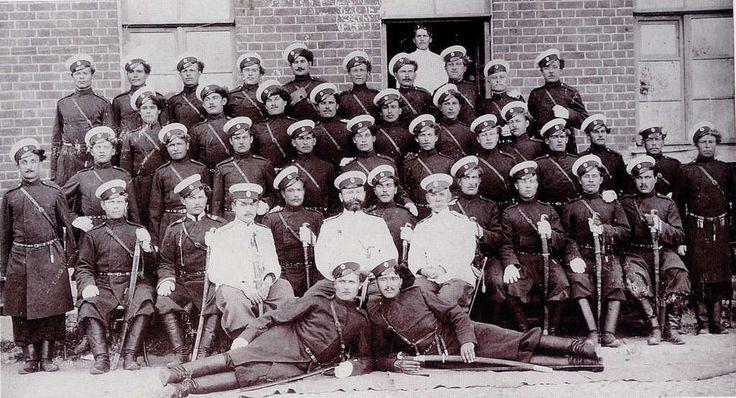 Казаки и офицеры 1-го Донского казачьего полка, дислоцированнного в Москве. Обратите внимание на шаровары офицеров, да и у нек