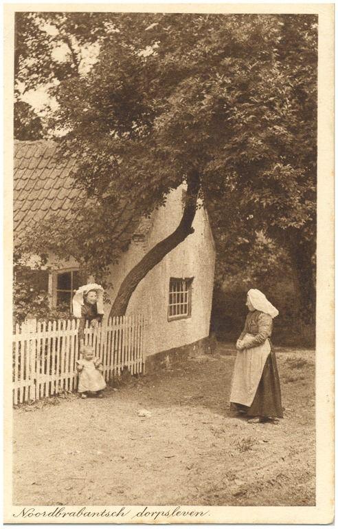 Het ontmoeten van twee vrouwen bij het hek van een boerderij #Brabant