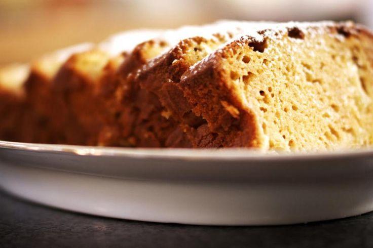 Een cake bakken zorgt altijd voor blije gezichten. De oven verspreidt een heerlijke geur en zodra het gebak afgekoeld is, kunnen ze aanvallen. In dit cakerecept wordt een deel van de suiker door lekkere honing vervangen, en tegelijk gaan er ook stukjes verse appel in. Het is een klassiek recept met een kleine twist.