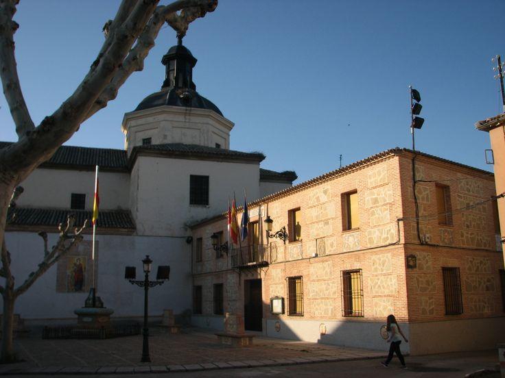 El ayuntamiento, junto a la iglesia de Sta Catalina, en la plaza mayor del pueblo.