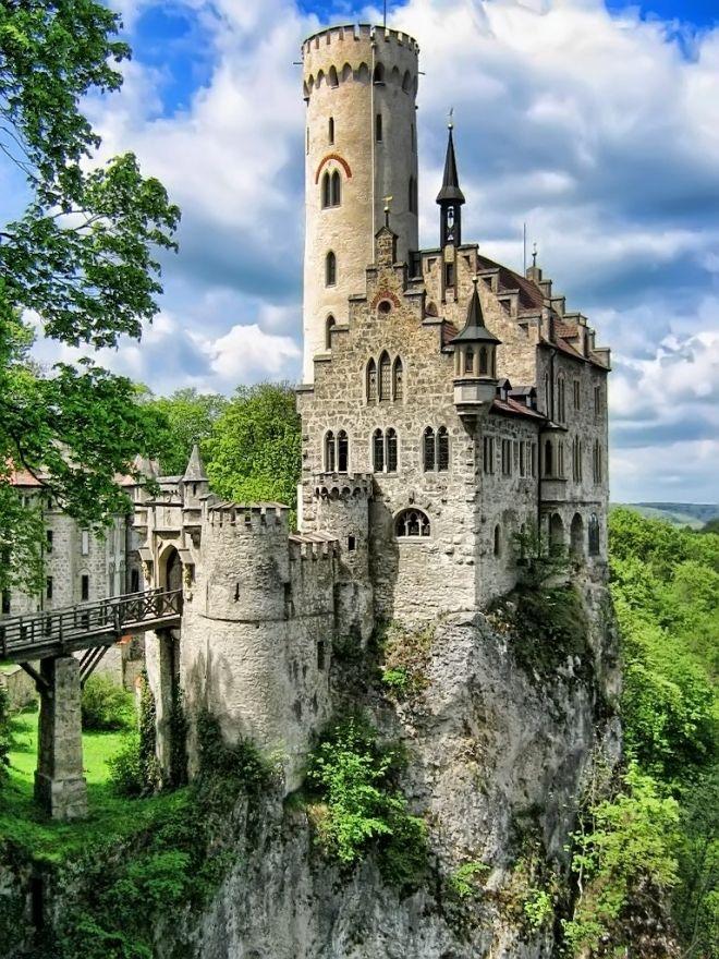 Castillo Lichtenstein se encuentra en los Montes Suabos (a 40 km de Stuttgart, aproximadamente), una región en la que abundan construcciones de este tipo. Se construyó sobre los restos de un castillo medieval, entre 1839 y 1842.