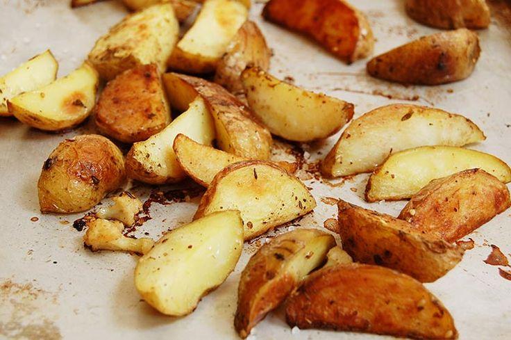 De perfecte aardappelen uit de oven, al zeg ik het zelf: zacht van binnen, knapperig en zout aan de buitenkant. Eet smakelijk!
