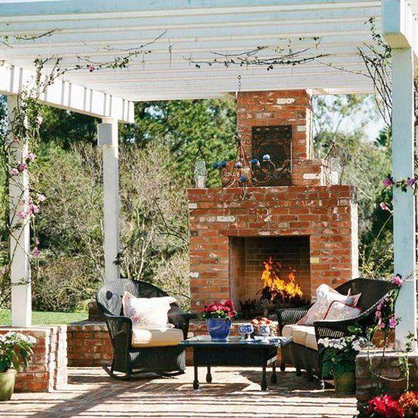 patio garten ideen pergola rustikal ziegel kamin rattanmöbel