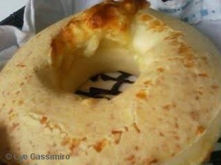 Bolo de pão de queijo - 100 ml de óleo 100 ml de leite 2 ovos 1 colher de chá de sal 1 pacotinho de queijo parmesão ralado 1 colher de sopa fermento em pó Polvilho doce até dar ponto (+- 250 g)