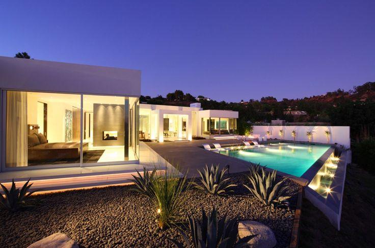 Ce chef-d'œuvre architectural moderne créé par Magni design est situé dans le Trousdale Estates, un quartier sécurisé de Beverly Hills, en Californie.