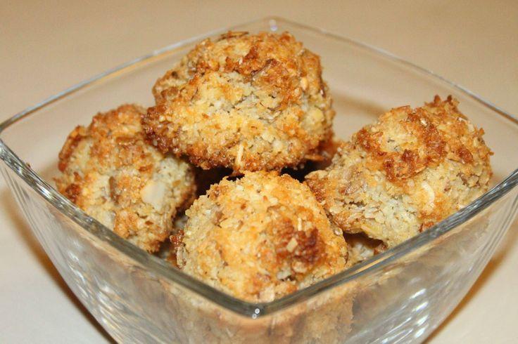 KOKOSANKI w zdrowszej wersji :) 150 g wiórków kokosowych (lub 100g wiórków i 50g mielonych migdałów) 2 łyżki mąki razowej lub pełnoziarnistej najlepiej żytniej, 1/2 szklanki płatków owsianych (lub płatki owsiane pół na pół z płatkami jaglanymi) 100 g masła ( olej kokosowy sprawdzi się również) 1 łyżka miodu lub stewii (można więcej) Wszystko razem mieszamy, lepimy (około 12 ciasteczek) i do piekarnika na około 180 stopni, czas pieczenia: musicie sami kontrolować aby nie spalić - ok. 20 min
