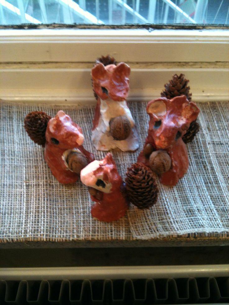 Deze eekhoorntjes uit klei ( en herfstvruchten) zijn gemaakt door de kinderen van mijn klas (tweede leerjaar of groep 4).