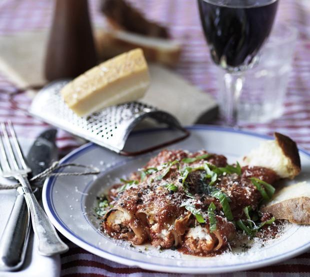Cannelloni er store pastaruller med lækkert fyld. Du laver dem nemt af friske lasagneplader fra supermarkedets køledisk. Server gerne retten med en grøn salat.