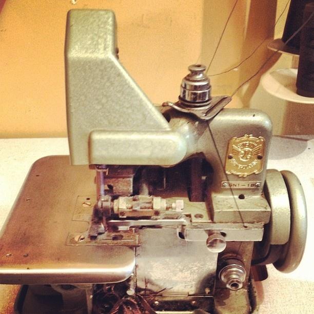 """@aurimoraes's photo: """"Hoje no meu curso de costura eu aprendi a passar linha em uma Mac.galoneira industrial e foi muito interessante ! O bom e que tem uma sem ser industrial aqui em casa , antiga mas costura! #costura #maquina #estilista #moda"""""""