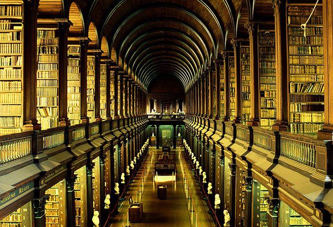 Biblioteca Trinity College (Dublín-Irlanda). Es la universidad + antigua de Irlanda (1592) y su biblioteca figure entre las + increíbles del mundo. Su principal atractivo, la Sala Larga, construida entre 1712-1713 y que alberga los 200.000 vols. + antiguos. Con 65 m de largo, está llena de bustos de mármol y entre sus tesoros: 1 de las últ. copias de la proclamación de independencia, el célebre Libro de Kells y el arpa de Brian Boru, 1 de las 3 arpas gaélicas, símbolo de Irlanda.