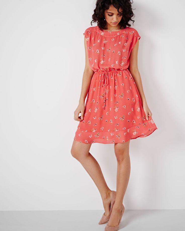 Cette robe en mousseline entièrement doublée possède une encolure bateau, des manches écourtées, une taille élastique avec cordon ainsi qu'un joli détail de volants à l'ourlet. Sa longueur est idéale pour montrer vos jambes donc une jolie paire d'escarpins est de mise. <br /><br />- Manches écourtées<br />- Bande de taille élastique avec cordon<br />- Poches latérales<br />- Encolure bateau<br />- Doublé...