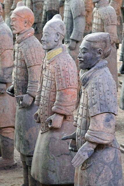 Guerreros de terracota. Las figuras de terracota, que datan alrededor del año 210 antes de Cristo, fueron descubiertos en 1974 por algunos agricultores locales cerca de Xi'an, provincia de Shaanxi, China, cerca del Mausoleo del Primer Emperador Qin.
