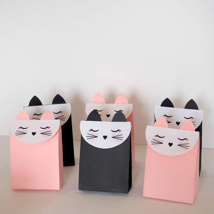 Petites boîtes tête de chat pour y glisser petits cadeaux ou gourmandises. #diy #sweettable #chat #chatparty #catparty #anniversaire #candybar #babyshower #birthday #catparty #paperfan #rosace www.rosecaramelle.fr
