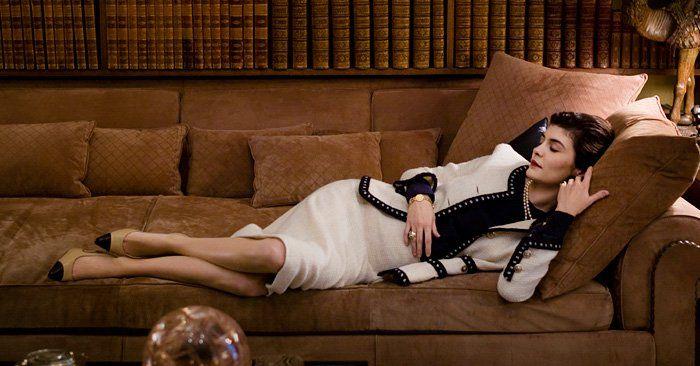 Coco Chanel fue la modista francesa que revolucionó el mundo de la alta costura en los años 40. Siempre se diferenció por ser una mujer inteligente, y gracias a sus creaciones de ropa informal y cómoda, rompió con la acartonada elegancia liberando al cuerpo femenino de los molestos corsés y los apa
