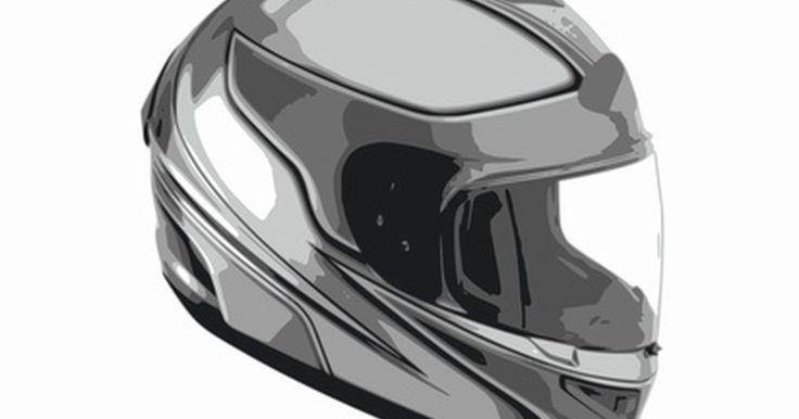 Partes de un casco de motocicleta. El casco es una de las piezas más importantes del equipo utilizado por un motociclista. Muy diferentes a los casquillos de cuero primitivos utilizados de principios a mediados del siglo XX, los cascos de motocicleta modernos utilizan tecnología que sigue avanzando a un ritmo rápido. Aunque los cascos se encuentran en una amplia variedad de formas, ...
