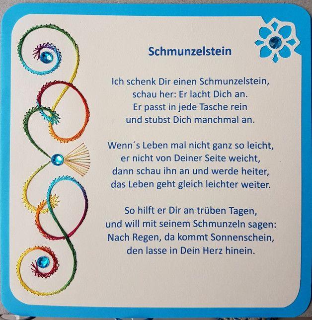 """Gastgeschenk / Glücksbringer Schmunzelstein  Doppelkarte mit Fadengrafik und Spruch """"Ich schenk´Dir einen Schmunzelstein"""" Format 13,5 x 13,5 cm mit einem blauen Schmunzelstein  Jede wird von..."""