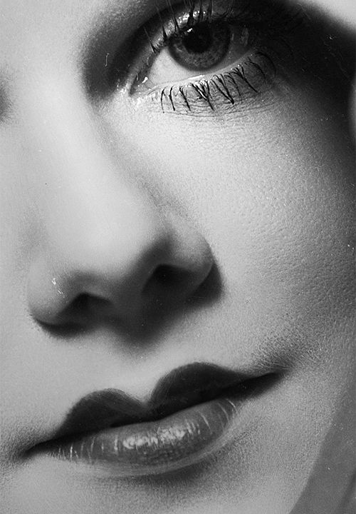 Jean Harlow ~ photographed by George Hurrell  ~1932.  Vintage make-up.  Look at those sweetheart lips!  Betty Boop style