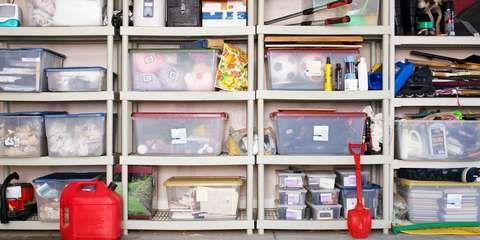 RYDDIG I BODEN: Gjennomsiktige oppbevaringsbokser er praktisk og oversiktlig.