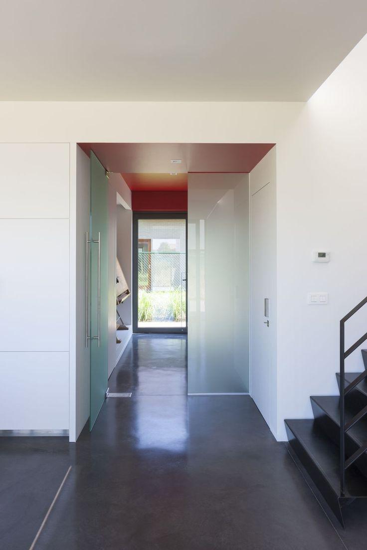kleurenspel vloer donker - wanden wit - plafond kleur  Minimalistisch interieur, karaktervol exterieur - Ikgabouwen.be