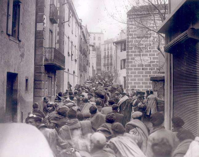 Refugiados españoles en las calles de Colliure (Francia) en febrero de 1939