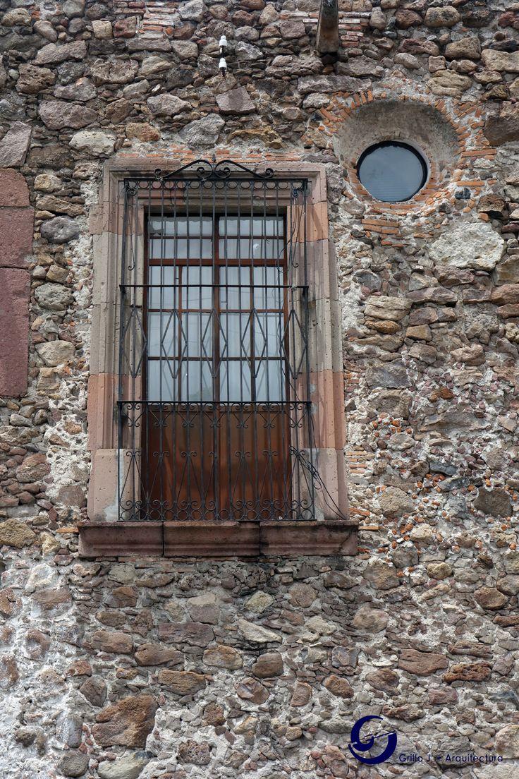 Balcón en muro de piedra, San Miguel de Allende, Gto, México