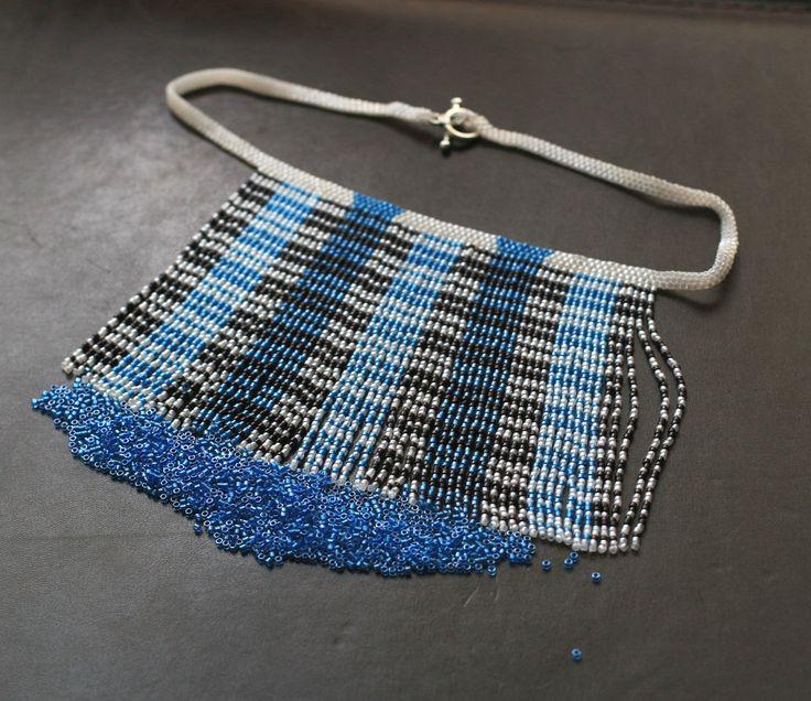 Devinez combien de couleurs est dans ce collier ?  Voyons voir : noir, blanc, bleu foncé et clair bleu - quatre, droite ?  Non, seulement trois : noir, blanc et une sorte de bleu.  ====================  Chaque frange est complètement séparée de tous les autres, mais ils tombent toujours revenir