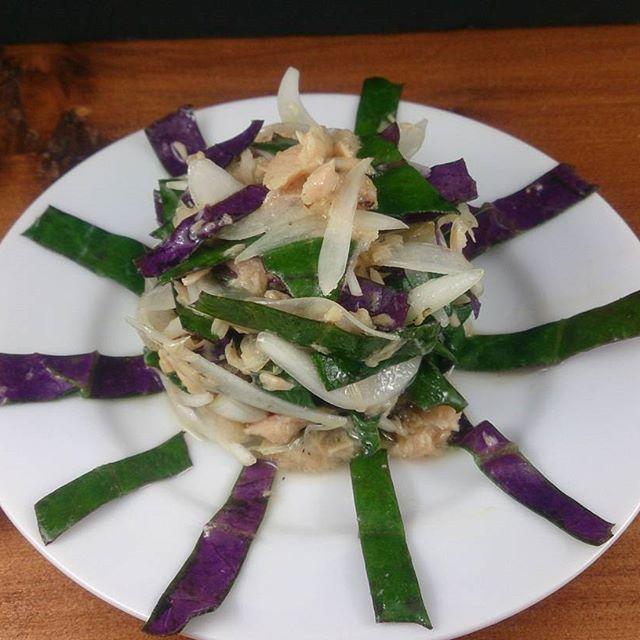 2016/11/26 08:30:54 yasai_wine_focolare 「金時草(ハンダマ)とタマネギのサラダ」  金時草は表が緑で、裏が紫。  ハンダマは沖縄の呼び方。  色の違いを生かして、生でサラダに。  加熱すると、少しぬるっとします。  #世田谷 #旬野菜 #珍野菜 #ヘルシー  #健康 #野菜 #ベジタブル #バーニャカウダ  #焼き野菜  #蒸し野菜 #野菜のアンティパスト・ミスト #一人飲み #女性 #ワイン #スペイン #イタリア  #カルパッチョ #アクアパッツァ #スープ・ド・ポワソン #一人飲みしやすいお店 #一人飲みデビュー #ほろ酔い  #ほっこり☺  #低糖質 #低カロリー  #美肌効果  #疲労回復 #風邪予防に #パエリア  #自家製フレッシュハム ふぉこらーれ #健康