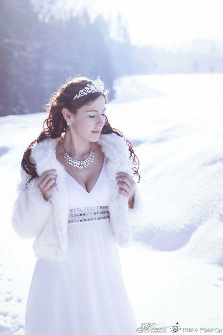 #icequeen #eiskönigin #eis #princess #prinzessin #schnee #winter #zauber #pelz #fell #weiß #glitter #diadem #strass #collier #manuelas_foto #manu'sfoto&make-up
