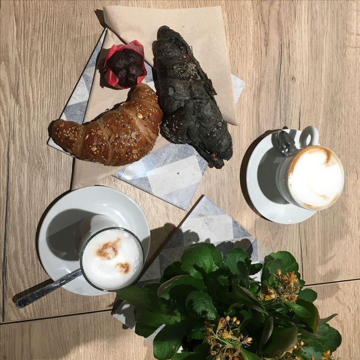 Cornetto vegano con la carina al carbone 🤔😯 Udine, Italia