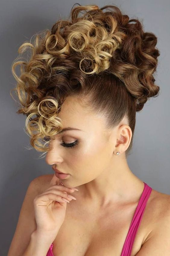 chignon boucl e en hauteur chignon bouclee curly hair styles hair styles et natural hair styles. Black Bedroom Furniture Sets. Home Design Ideas