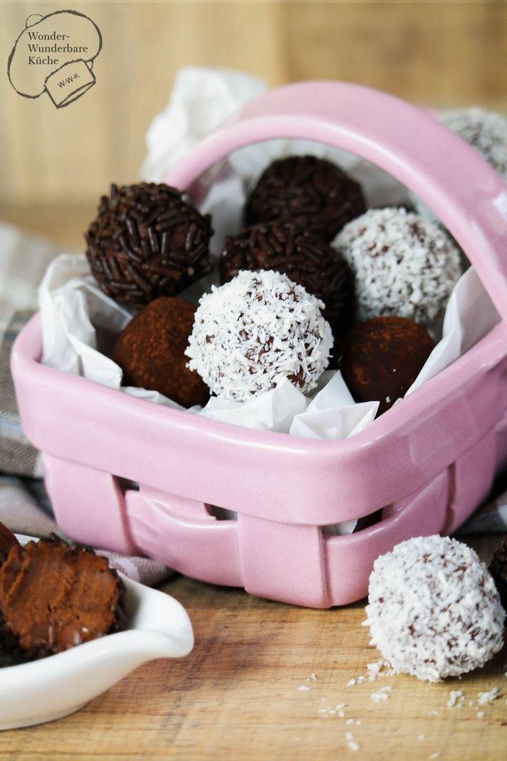 Rumkugeln aus Zartbitterschokolade und Jamaica Rum (54%), dekoriert mit Kokosflocken, Schokostreusel oder Kakao. Weihnachtsplätzchen ohne Backen. Pralinen zum Selbermachen, schnell, einfach und lecker!