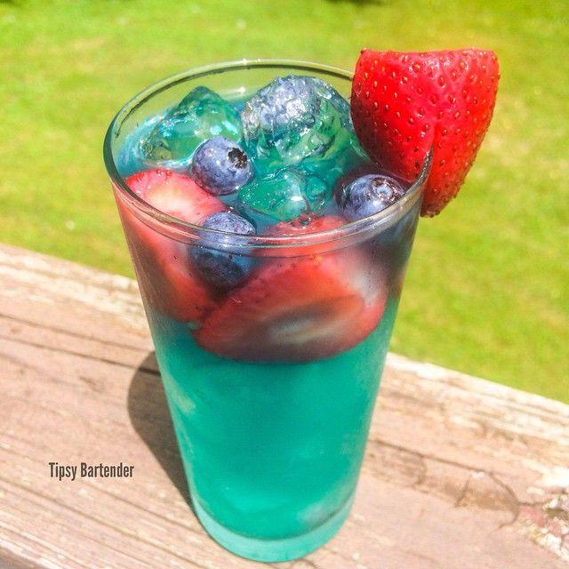 SUNNY DAY BREEZE 1 oz (30 ml) Blueberry Vodka 1 oz (30 ml) Strawberry Rum ½ oz (15 ml) Blue Curacao 2 oz (60 ml) Sweet & Sour Splash of Club Soda Strawberries  Blueberries .