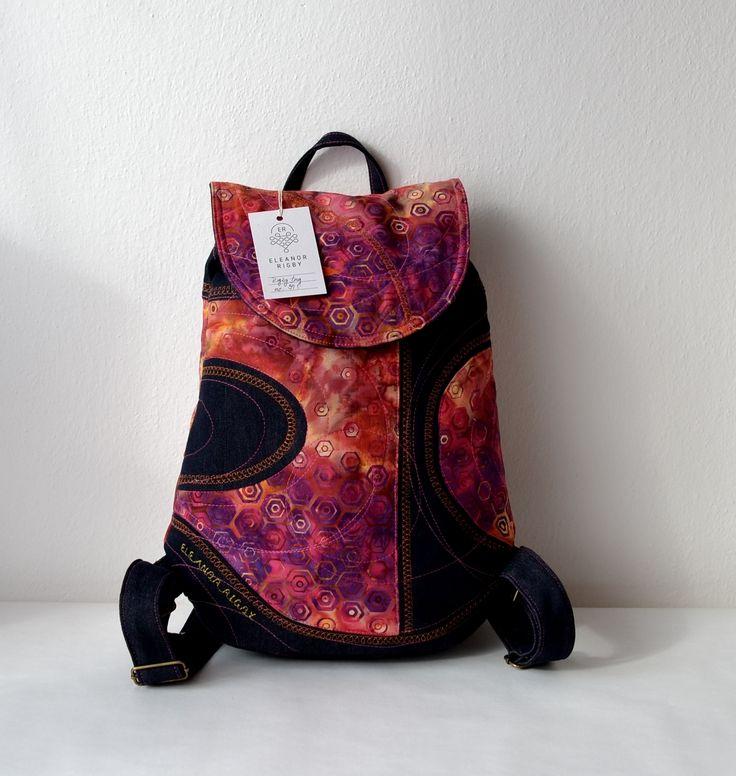 RIGBY+bag+no.+39+Barevný+batoh+laděný+do+červena+s+výraznými+šestiúhelníky.+Oblíbená+kombinace+bavlny+s+džínovinou+s+detaillním+prošitím.+Uvnitř+batůžku+je+podšívka,+menší+uzavíratelná+kapsička+na+zip.+Celý+batůžek+lze+stáhnout+šnůrkou+a+uzavřít+na+knoflík+(který+je+rafinovaně+schovaný+pod+klopou+batůžku).+Do+batůžku+se+vlezou+všechny+Vaše+nezbytnosti...