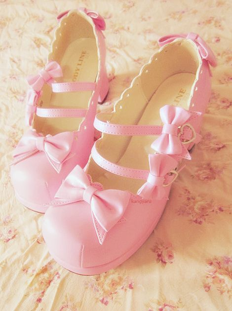 Bow shoes: Everybody in lolita has these shoes except me :(