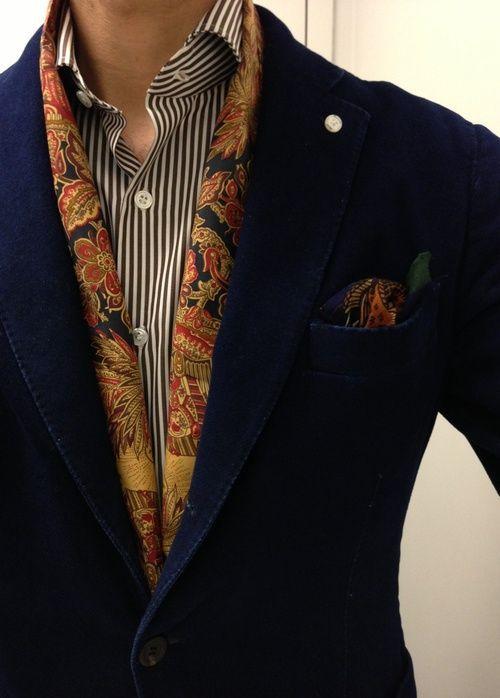 Idées de mode originales et comment porter un foulard homme autour de son cou de mille et une façon très tendance et chics.