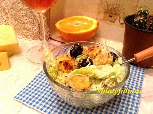 Испанский салат из пекинской капусты с маслинами, гренками и сыром