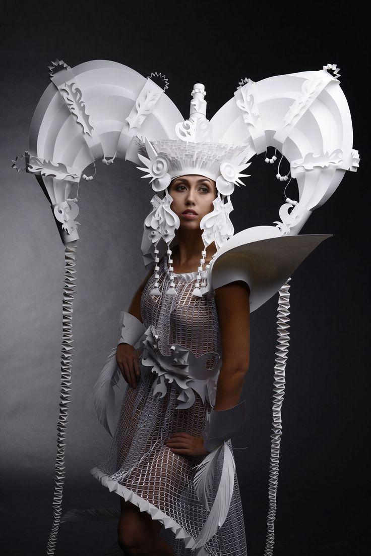 Robe en papier par l'artiste ukrainienne Asya Kozina
